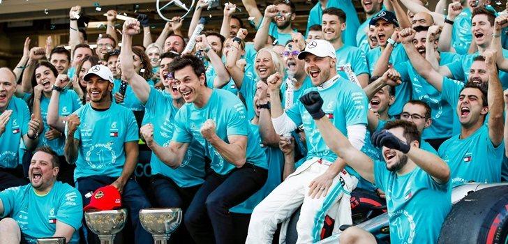 El equipo Mercedes celebra uno de sus triunfos de 2019