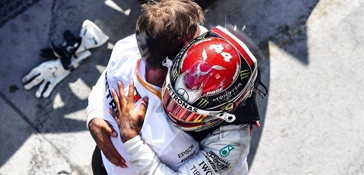 Wolff y Hamilton se dan un abrazo