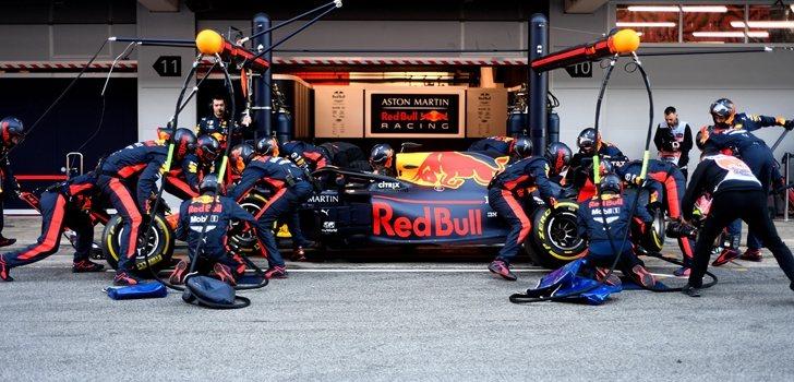 El equipo Red Bull trabaja en el RB16