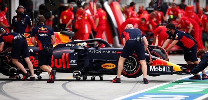 Los mecánicos de Red Bull empujan el coche de Verstappen