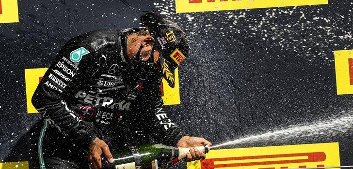 Hamilton celebra uno de sus triunfos de la temporada 2020