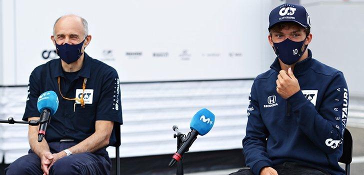 Gasly, junto a Tost en una entrevista para Movistar
