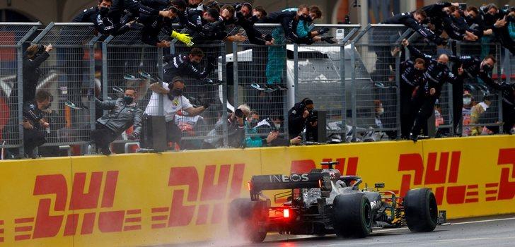 Mercedes celebra el título de Hamilton