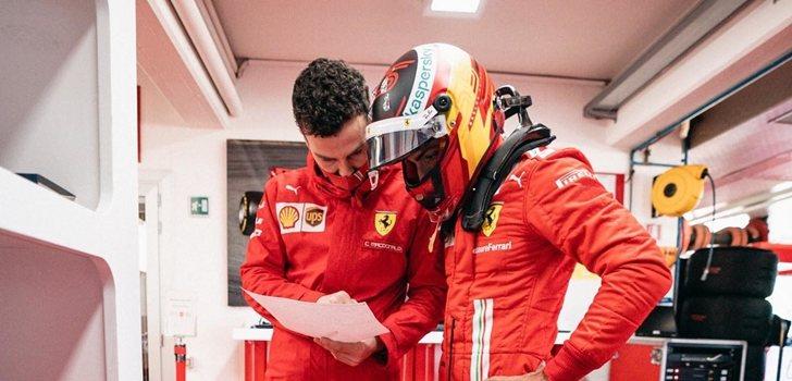 Sainz, junto a uno de los ingenieros de Ferrari