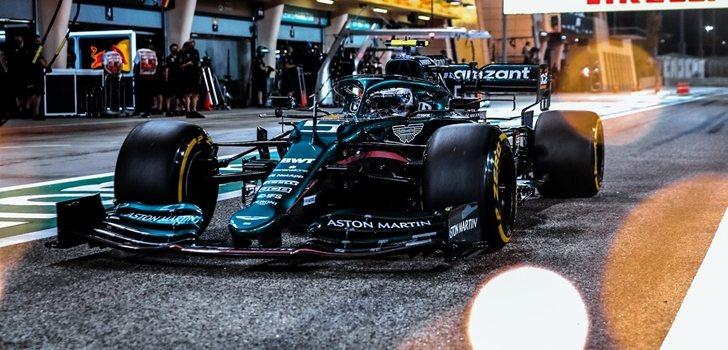 Vettel, en el pit lane de Sakhir