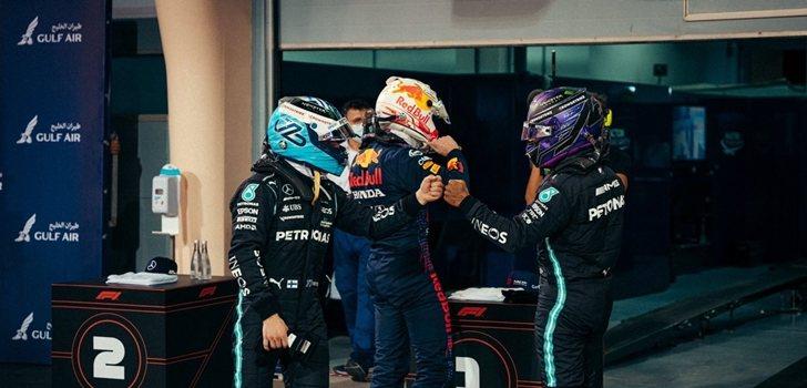 Bottas y Hamilton chocan sus manos en Baréin