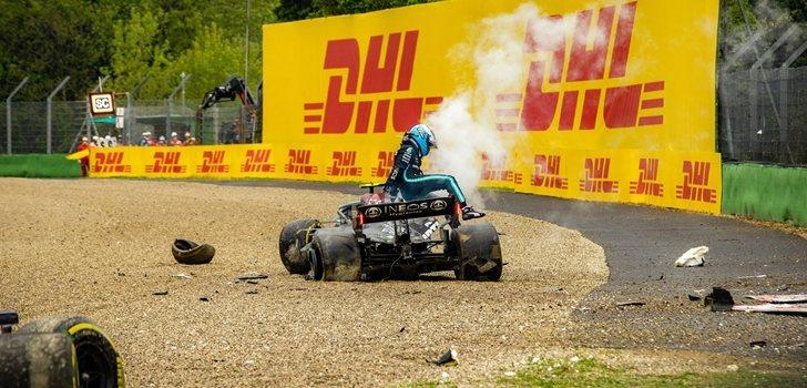 Bottas se baja del coche tras su accidente en Imola