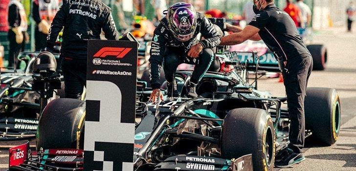Hamilton celebra su triunfo en Baréin