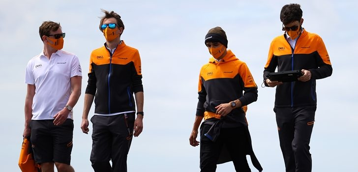 Los hombres de McLaren pasean por Portimão