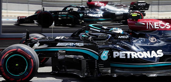 Lewis Hamilton, emocionado por la batalla ajustada entre Mercedes y Red Bull