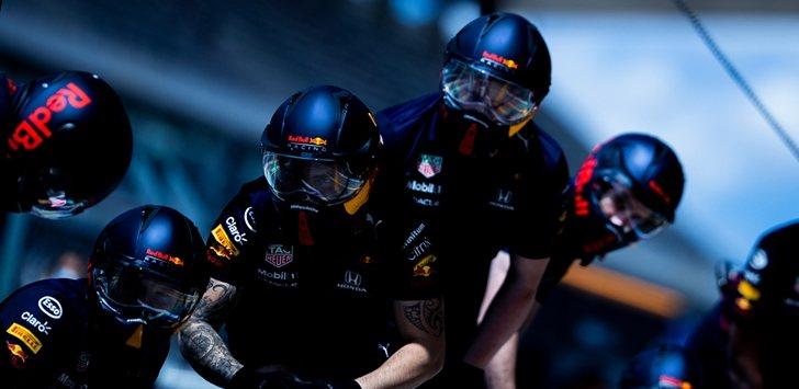 Los mecánicos de Red Bull e el garaje
