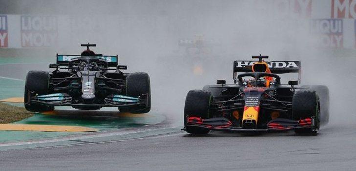 Hamilton y Verstappen, a punto de tocarse en Imola