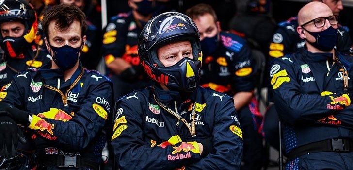 Los mecánicos de Red Bull, en el garaje