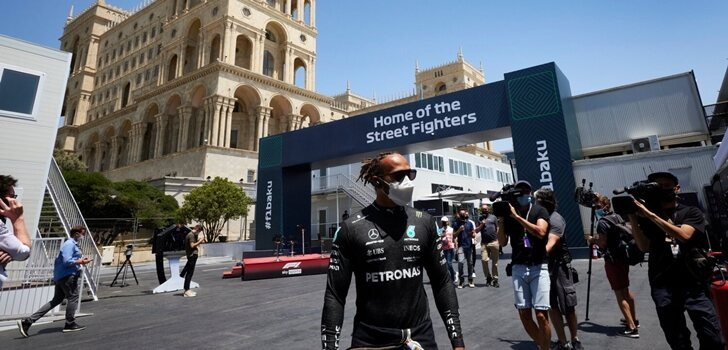 Hamilton pasea por el trazado de Bakú