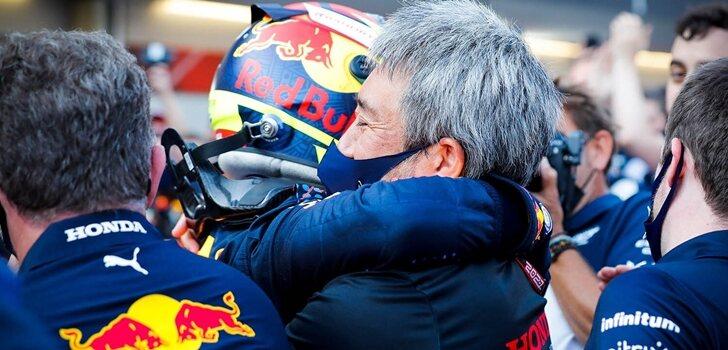 Pérez abraza a Tanabe tras su victoria en Bakú