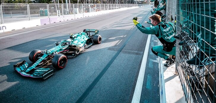 Vettel cruza la línea de meta en Bakú