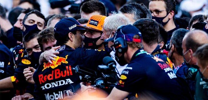Verstappen y Pérez se abrazan en Bakú
