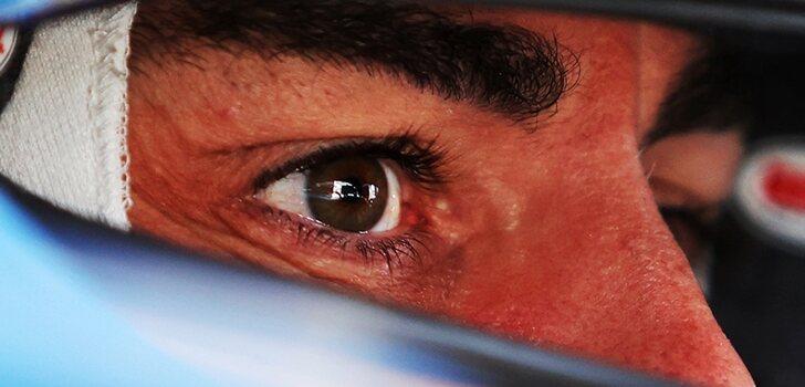 Alonso, subido a su monoplaza