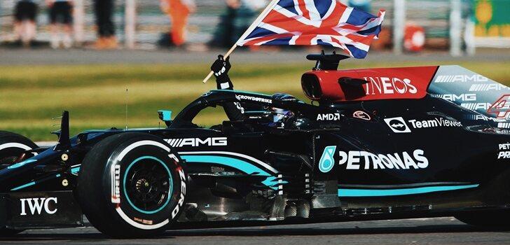 Hamilton celebra su triunfo en Silverstone