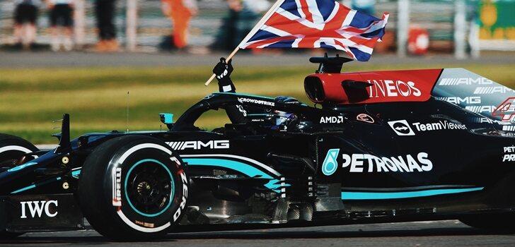 Hamilton ondea la bandera británica