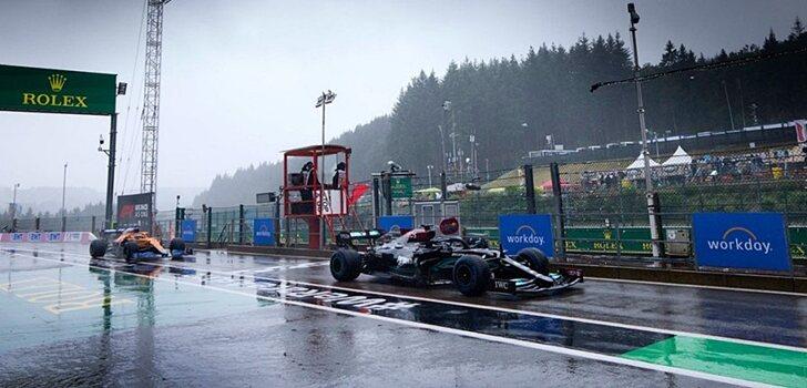 Hamilton, en el pit lane de Spa