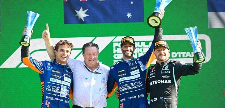 Bottas, en el podio junto a los hmbres de McLaren