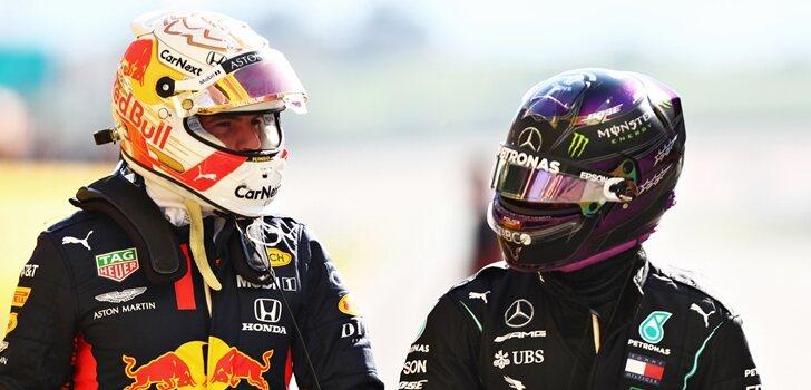Verstappen charla con Hamilton