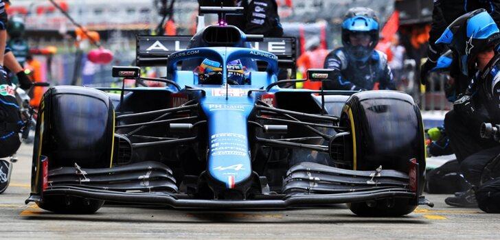 Alonso, en el pit lane de Sochi