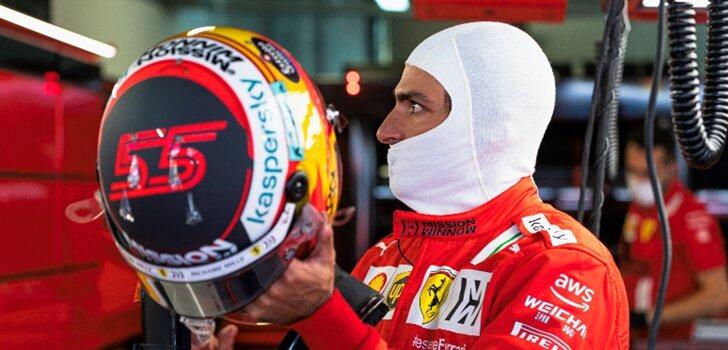 Sainz se coloca el casco