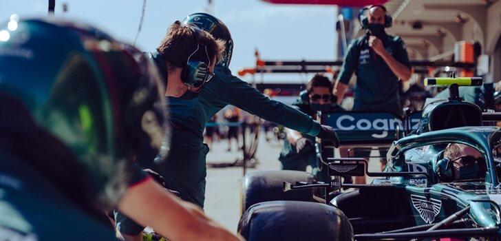 Los mecánicos de Aston Martin trabajan en el coche de Vettel