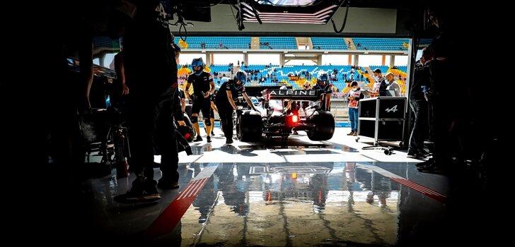 Los mecánicos de Alpine trabajan en el coche de Alonso