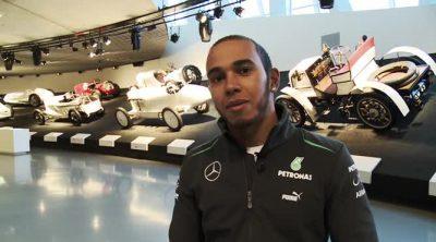Lewis Hamilton visita el museo de Mercedes-Benz en Stuttgart
