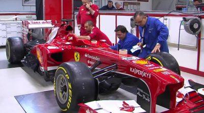 El Ferrari F138 recibe los logos de los patrocinadores del equipo