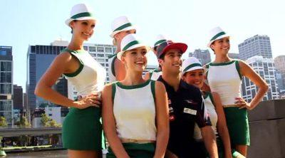 Daniel Ricciardo pasea con las azafatas del Gran Premio de Australia