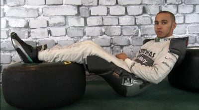 Lewis Hamilton muestra su asiento y comenta su postura al volante