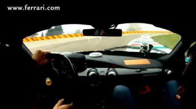 Fernando Alonso se divierte pilotando LaFerrari en Maranello