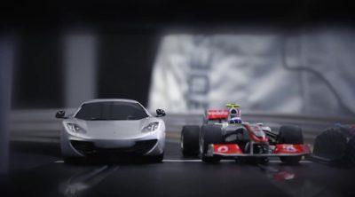 Dos mecánicos de McLaren compiten en el Scalextric