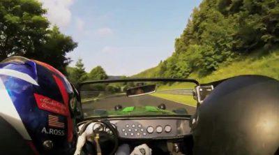Alexander Rossi pilota un Caterham 485S por Nordschleife