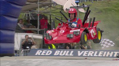 Sebastian Vettel, disfrazado de Mario Bros, compite en los autos locos