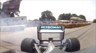 Vista trasera del 'donut' de Lewis Hamilton en Goodwood