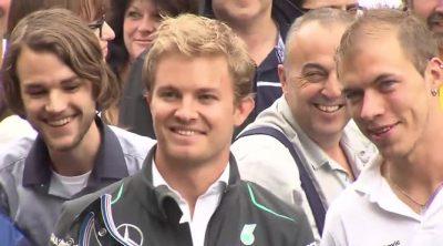 Rosberg, Hamilton y Wolff visitan una planta de Daimler