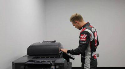 El primer día de Kevin Magnussen en la sede de Haas