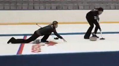 Daniil Kvyat se divierte jugando al curling antes del GP de Rusia