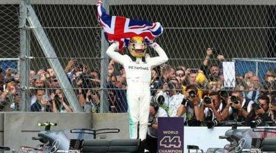 Lewis Hamilton se da un baño de masas para celebrar su 4º Campeonato en la fábrica de Petronas