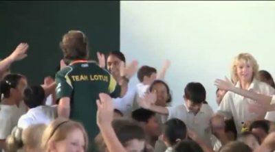 Los niños malasios reciben a los pilotos del Team Lotus