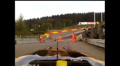 Bruno Senna se graba con su móvil desde el interior del R30 en Spa