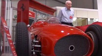 John Surtees visita la sede de Ferrari en Maranello