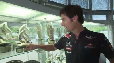 Mark Webber nos enseña los trofeos de Red Bull Racing