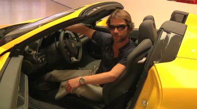 Jay Kay (líder de la banda Jamiroquai) se divierte en Maranello con los pilotos de Ferrari