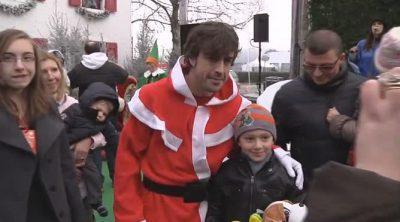 Fernando Alonso se viste de Papá Noel para recibir a los niños en Maranello